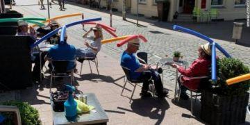 Quán cà phê ở Đức cho khách đội phao bơi xốp để giữ khoảng cách