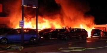 Cháy đại lý ô tô ở Berlin: 20 chiếc xe bị thiêu rụi