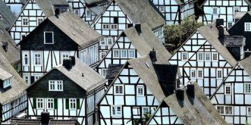 """""""Hoa mắt"""" với thị trấn độc nhất nước Đức với hàng chục nhà trông như một"""