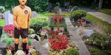 Một người đàn ông ở Đức buộc phải gỡ bỏ bức tượng tưởng nhớ cha mình chỉ vì quá giống Hitler